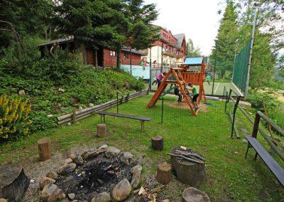 Ohniště s venkonvím dětským hřištěm